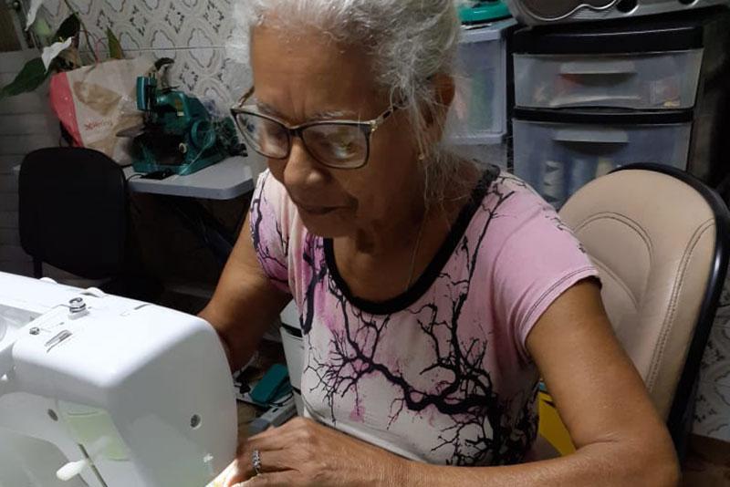 Dona Ju (Maria dos Reis Dantas de Almeida) é uma das costureiras que produziram as máscaras para a Usiminas
