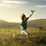Criança brincando com avião de papel - Blog Usiminas: um espaço para quem quer saber mais